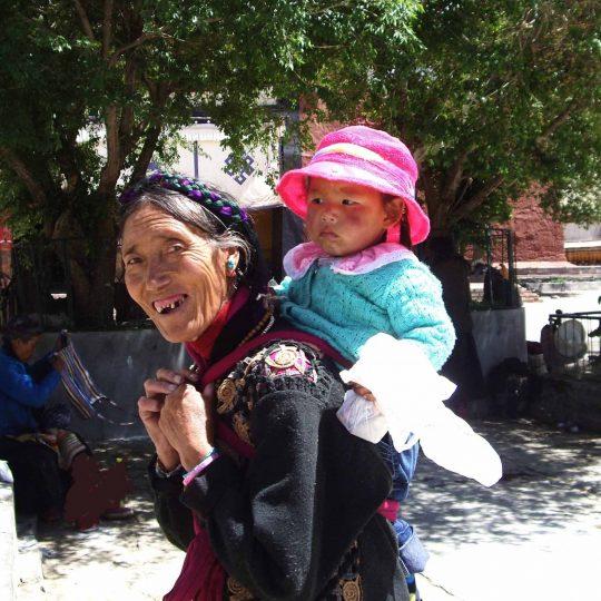 Moeder met kind in Tibet