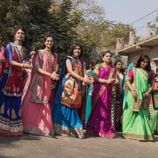 Prachtige kleurrijke dames in India